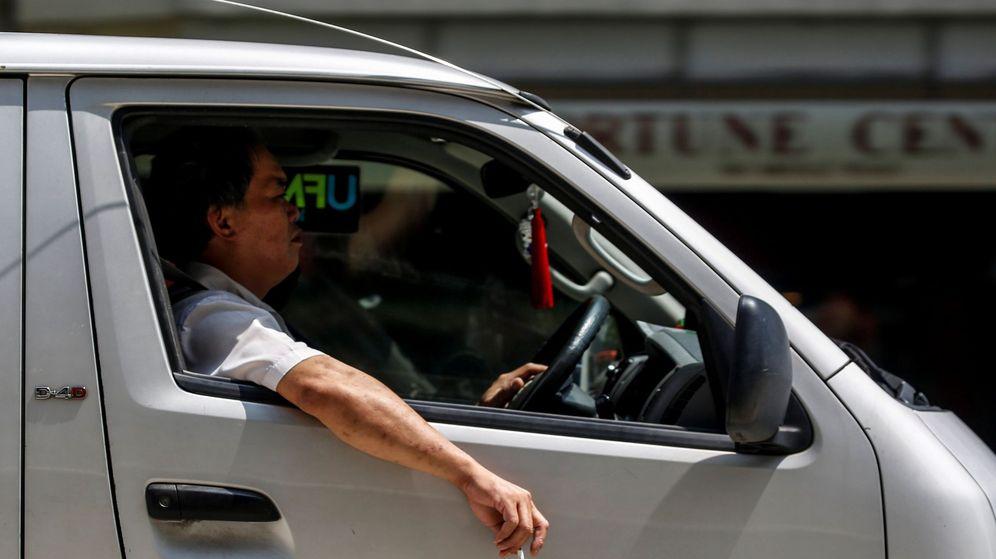 Foto: Fumar en el coche: los enfermeros piden al Gobierno y a la DGT que se prohiba (EFE)