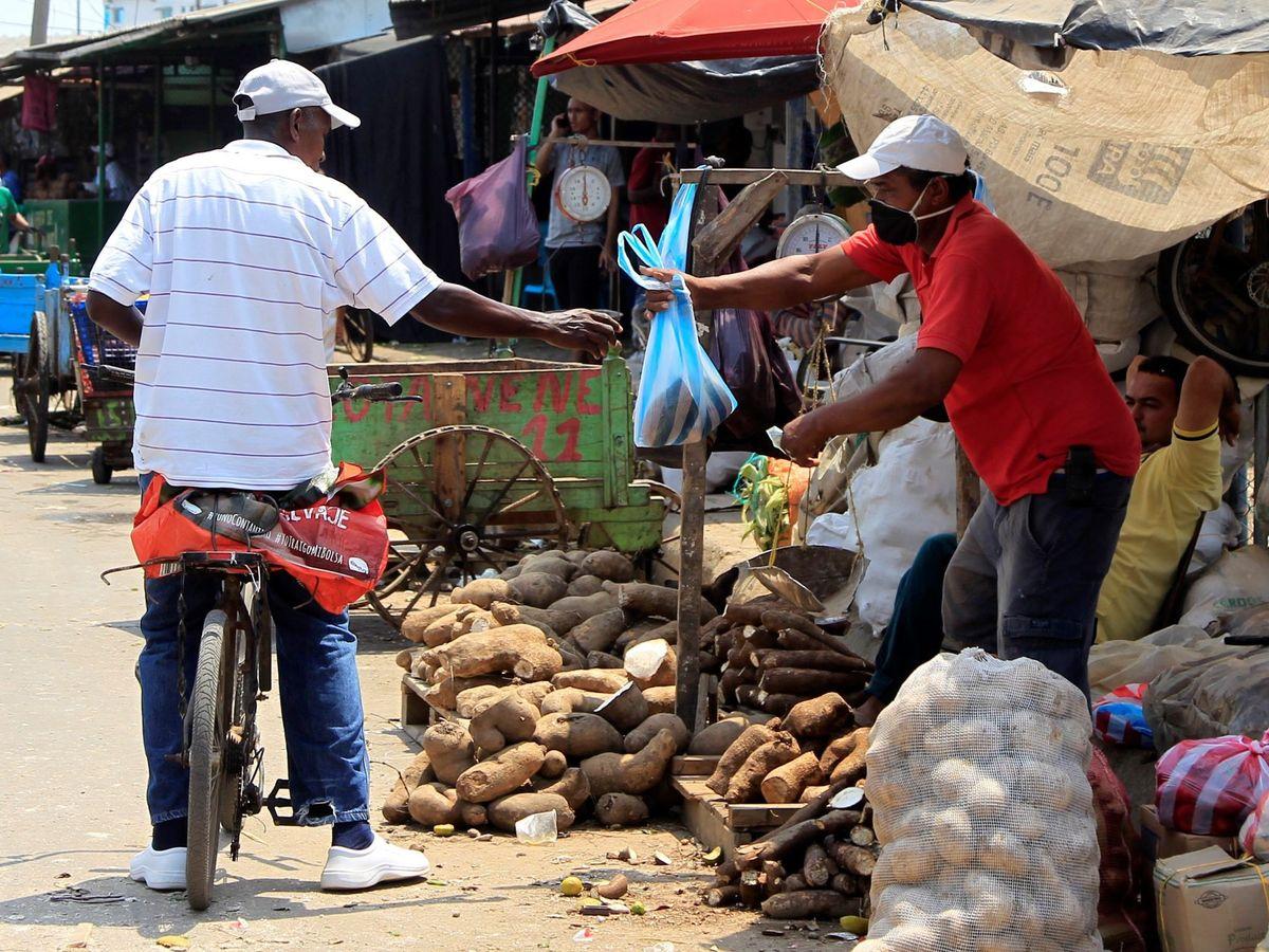Foto: Una persona compra víveres este viernes, en el mercado de Bazurto, en Cartagena de Indias (Colombia). (EFE)
