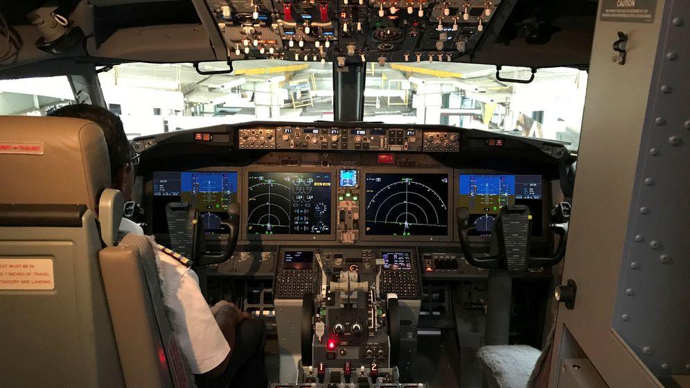 Foto: Pilotos al frente de un Boeing 737 MAX 8 (Reuters)