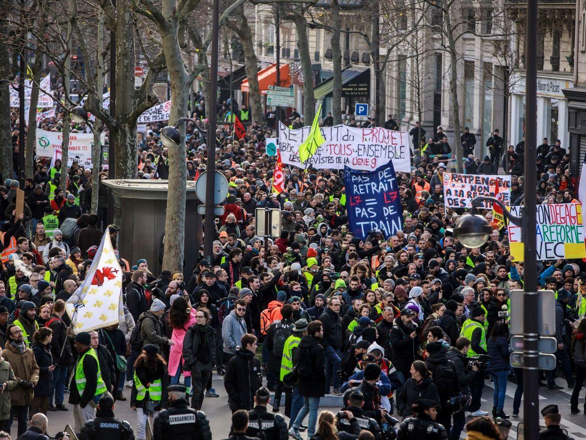 Foto: Imagen de archivo de una manifestación en París del sector del transporte y los 'chalecos amarillos'. (EFE)