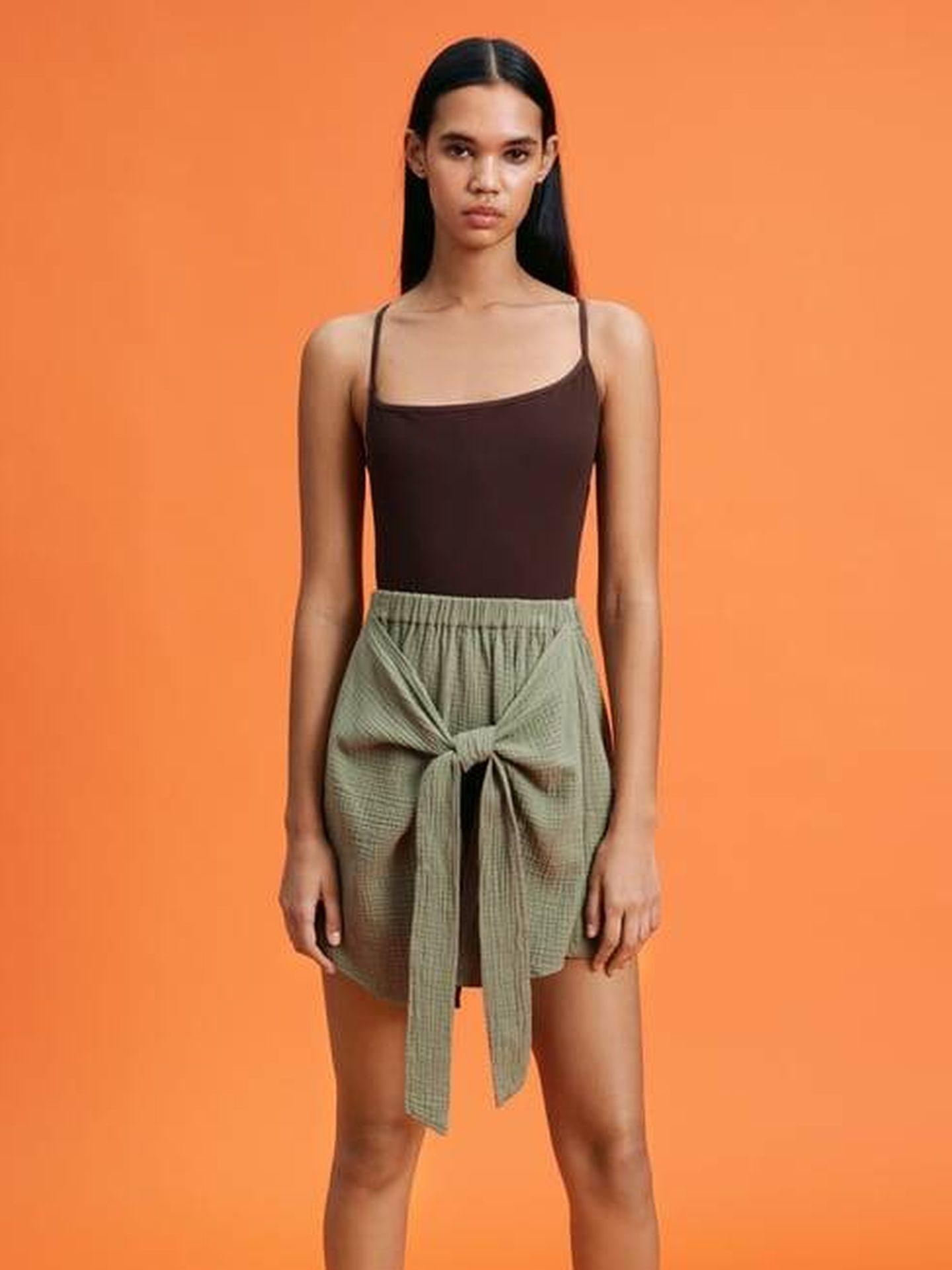 Falda de Zara para presumir de una cintura fina y un vientre más plano. (Cortesía)