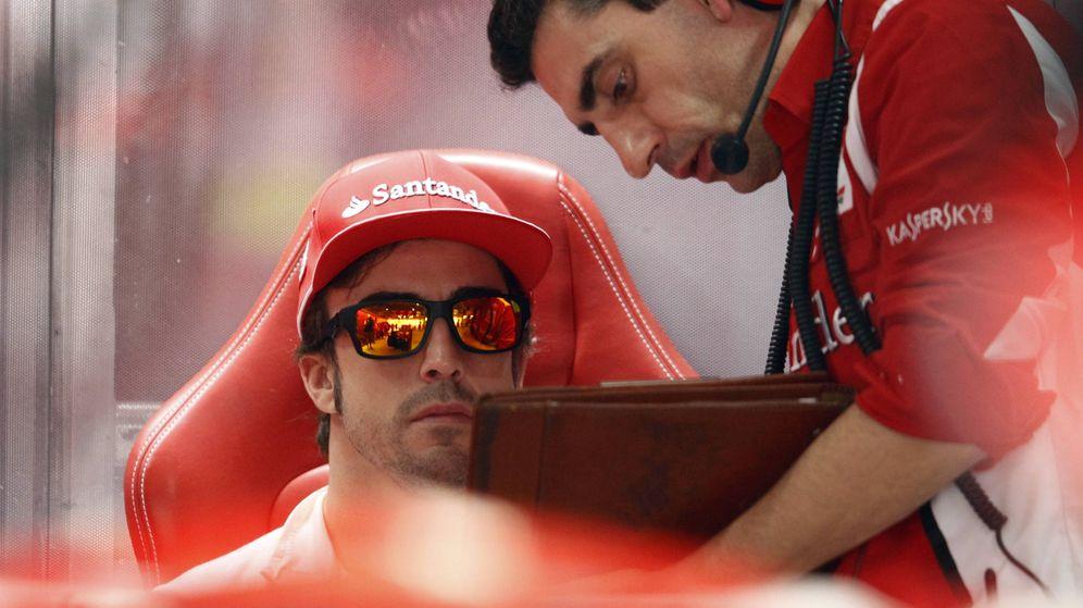 Foto: Fernando Alonso mirando la telemetría junto a su ingeniero Andrea Stella, en Ferrari, en la temporada 2012 (Reuters)