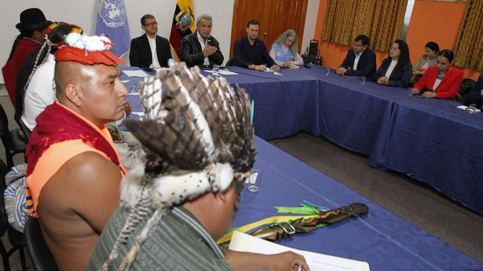 Foto: Líderes indígenas, reunidos con el Gobierno de Ecuador. (EFE)