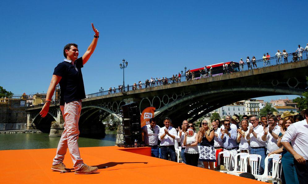 Foto: Albert Rivera, durante su mitin de este 18 de junio bajo el puente de Triana de Sevilla. (Reuters)