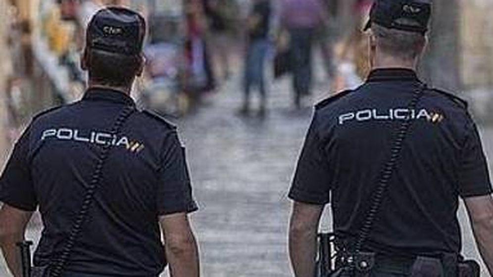 Foto: Dos agentes del Cuerpo Nacional de Policía (Policía Nacional).