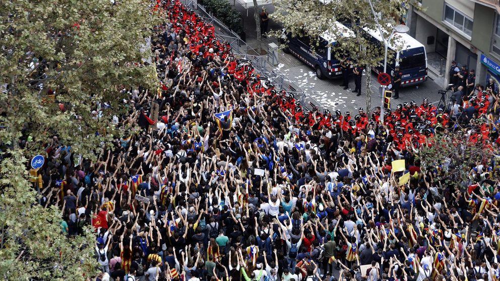 Miles de personas se concentran en la manifestación de la Plaza de la Universidad