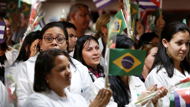Médicos cubanos reciben a sus compañeros repatriados desde Brasil en el Aeropuerto Internacional José Martí en La Habana, el 23 de noviembre de 2018. (Reuters)
