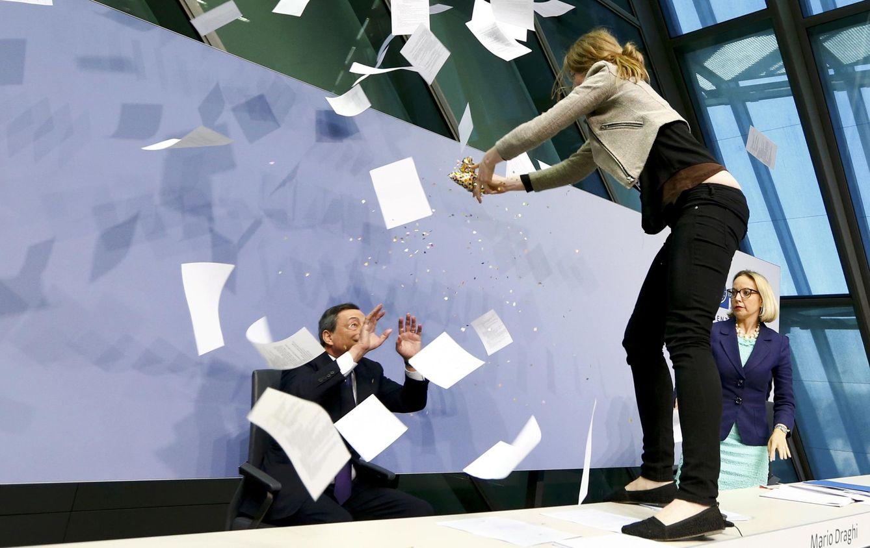 Foto: Una activista irrumpe en la rueda de prensa de Mario Draghi. (Reuters)