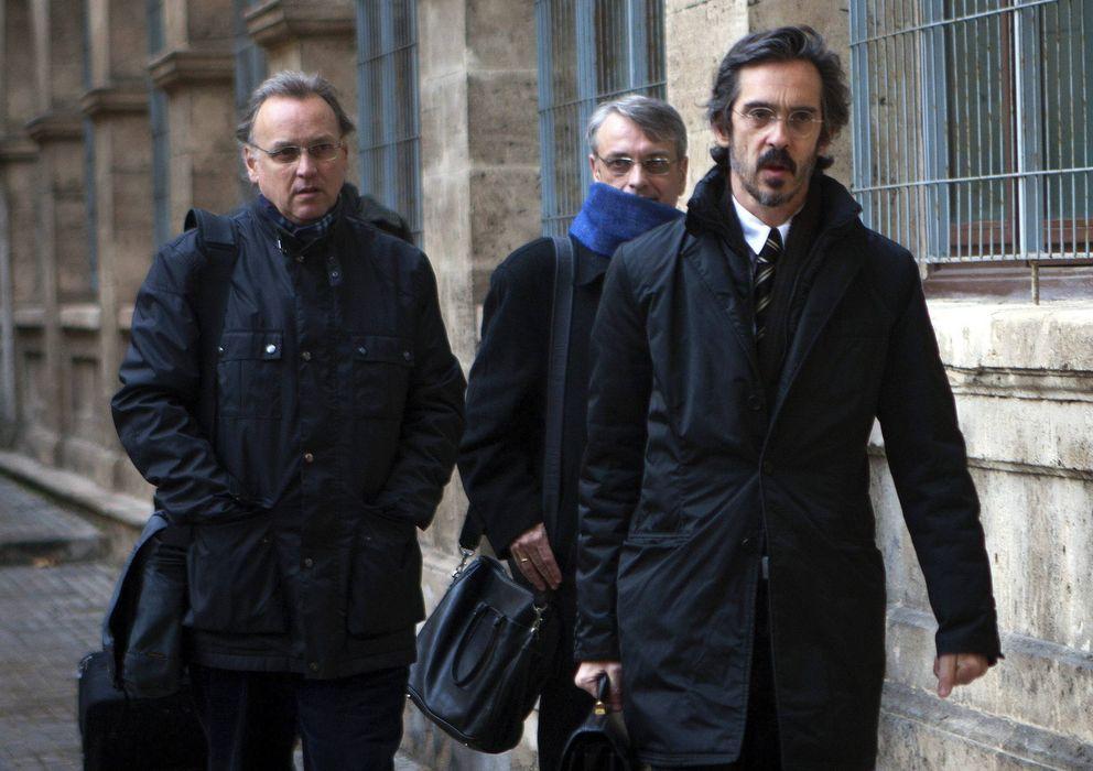 Foto: Los hermanos Marco Antonio (i) y Miguel Tejeiro (c), junto a su abogado (Efe)