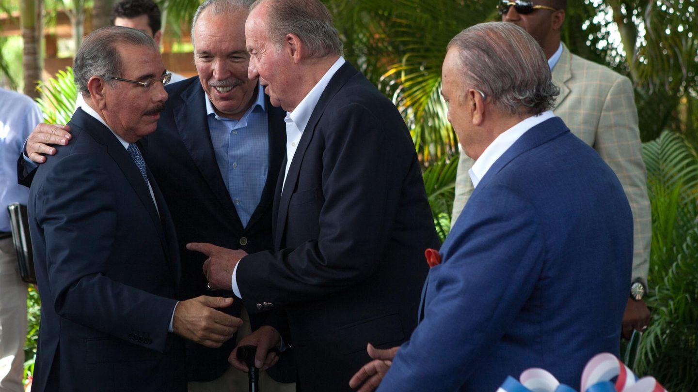 El rey Juan Carlos de España conversa con el empresario José Fanjul y el empresario Gustavo Cisneros. (EFE)