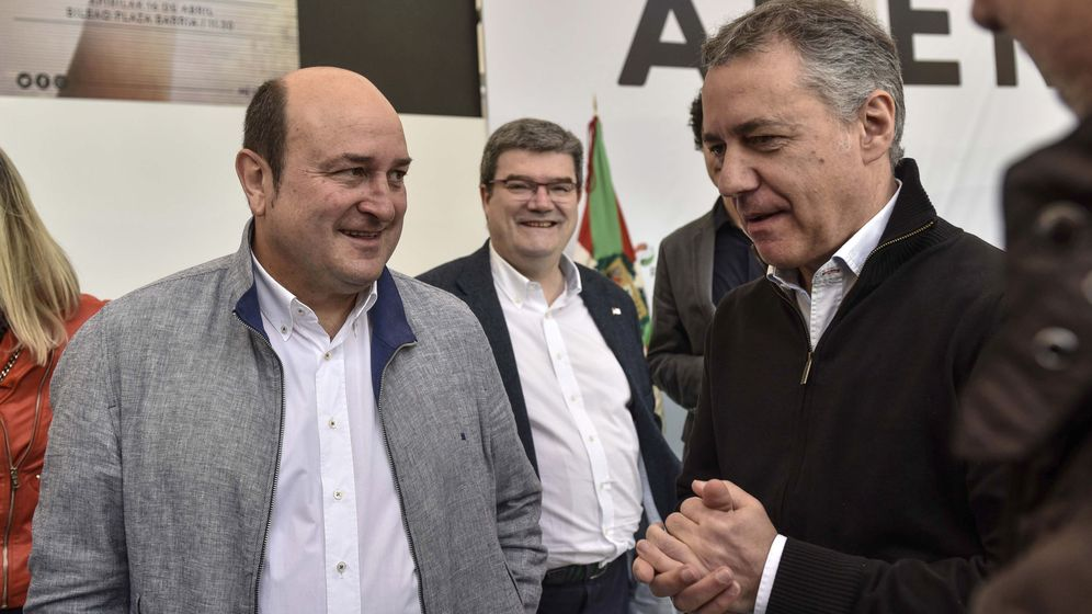 Foto: El lehendakari vasco, Iñigo Urkullu (d) conversa con el presidente del Partido Nacionalista Vasco (PNV), Andoni Ortuzar. (EFE)