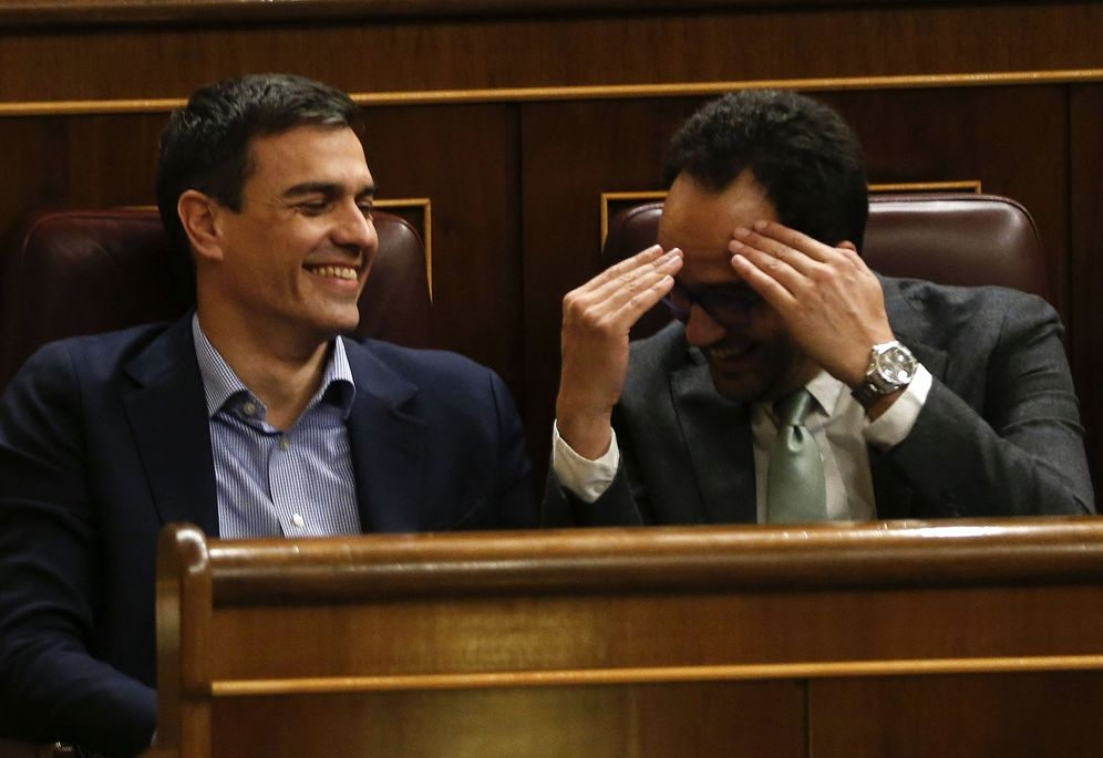 Foto: Pedro Sánchez y el jefe de los negociadores socialistas y portavoz parlamentario, Antonio Hernando, este 5 de abril en el pleno del Congreso. (EFE)