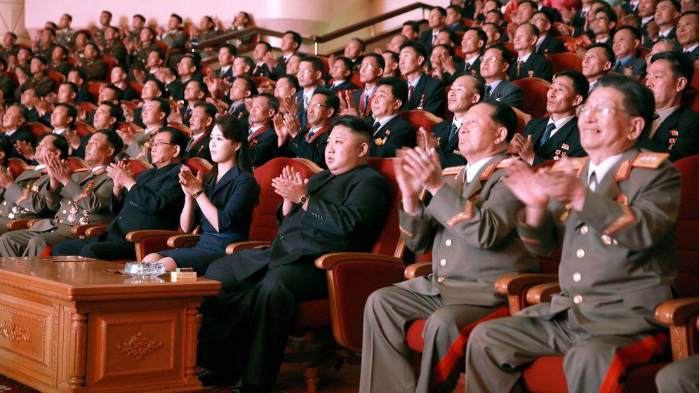 Foto: Kim Jong-un aplaude durante un homenaje a los científicos nucleares norcoreanos en Pyongyang, el 10 de septiembre de 2017. (Reuters)