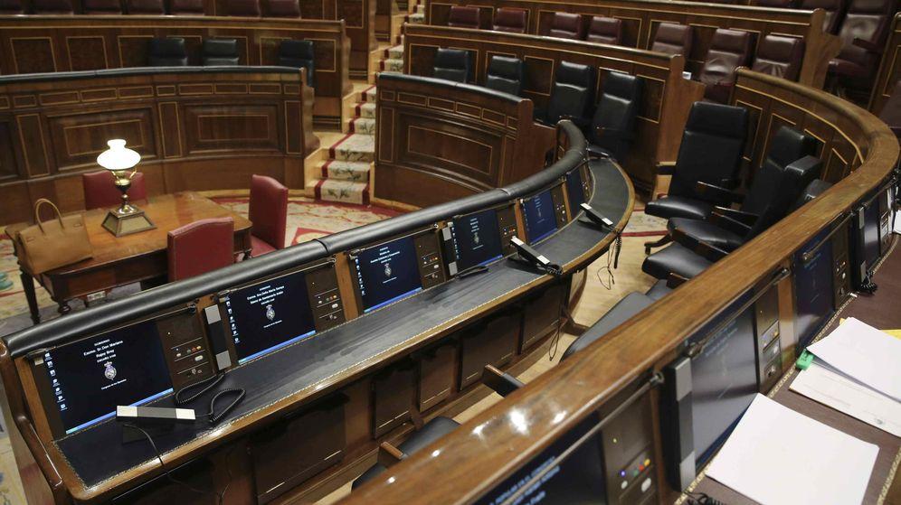 Foto: Escaño (i) del presidente del Gobierno, Mariano Rajoy, en el Congreso de los Diputados tras la última sesión de control al Ejecutivo. (EFE)