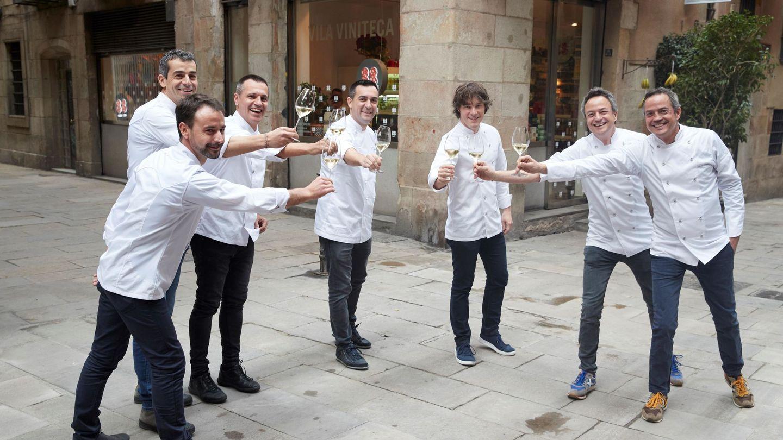 Jordi Cruz, en el centro, con varios cocineros Michelin. (EFE)