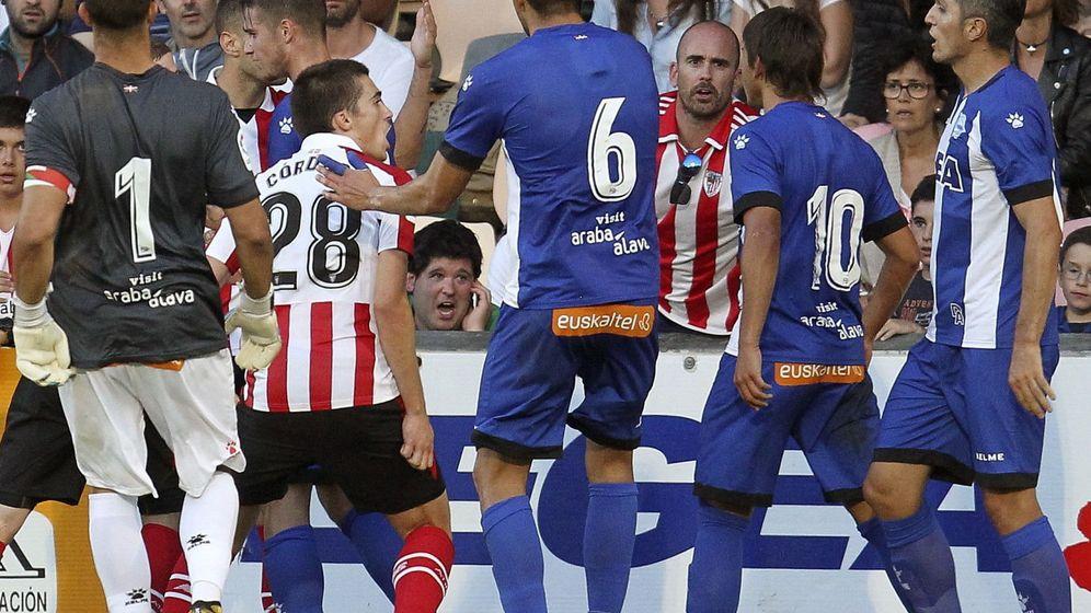 Foto: El enfrentamiento entre Saborit y Romero que que provocó que el árbitro diera por terminado el partido antes de tiempo. (EFE)