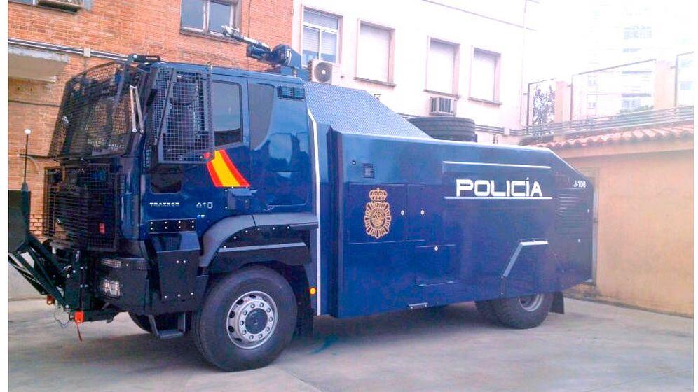 Foto: Furgón antidistubios de la Policía Nacional con un cañón de agua.