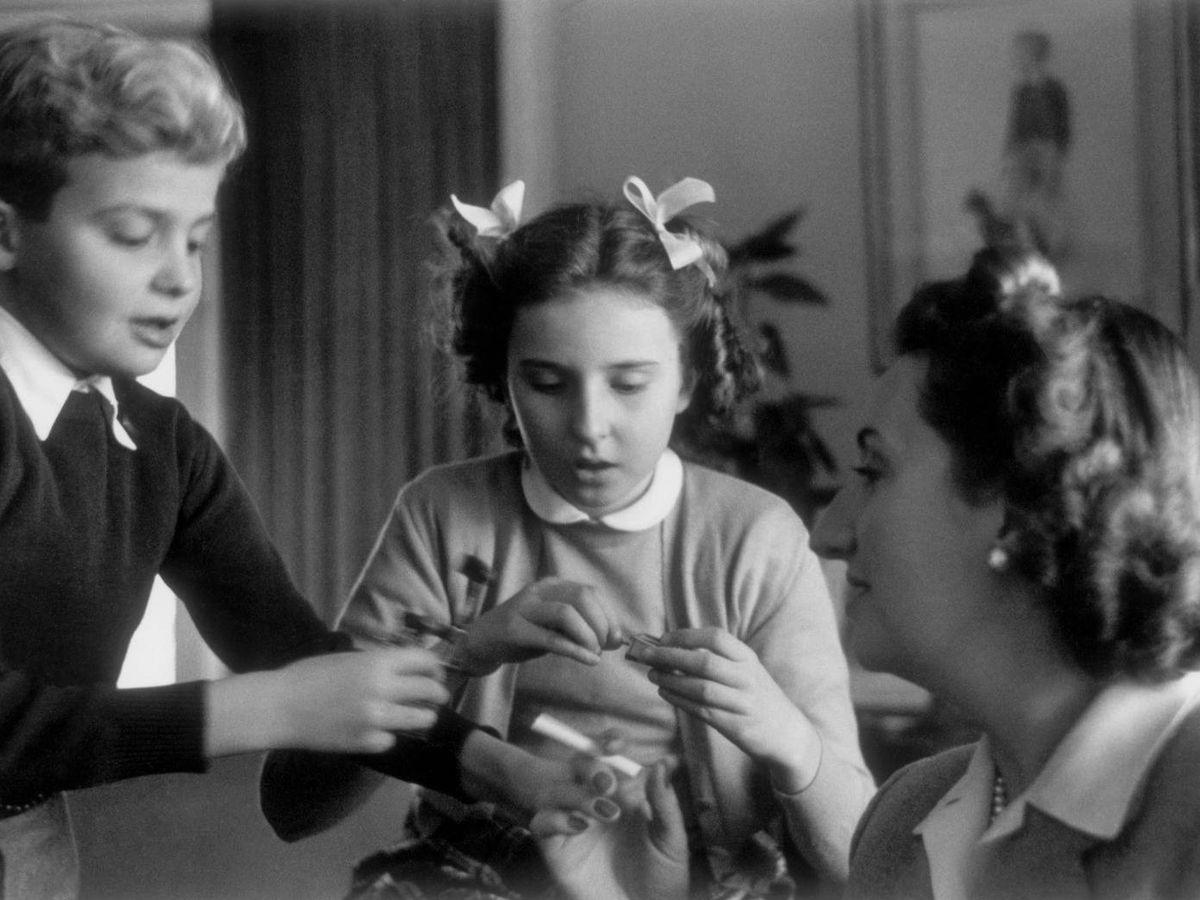 Foto: La infanta Pilar en su infancia, junto a don Juan Carlos y doña María de las Mercedes. (Cordon Press)