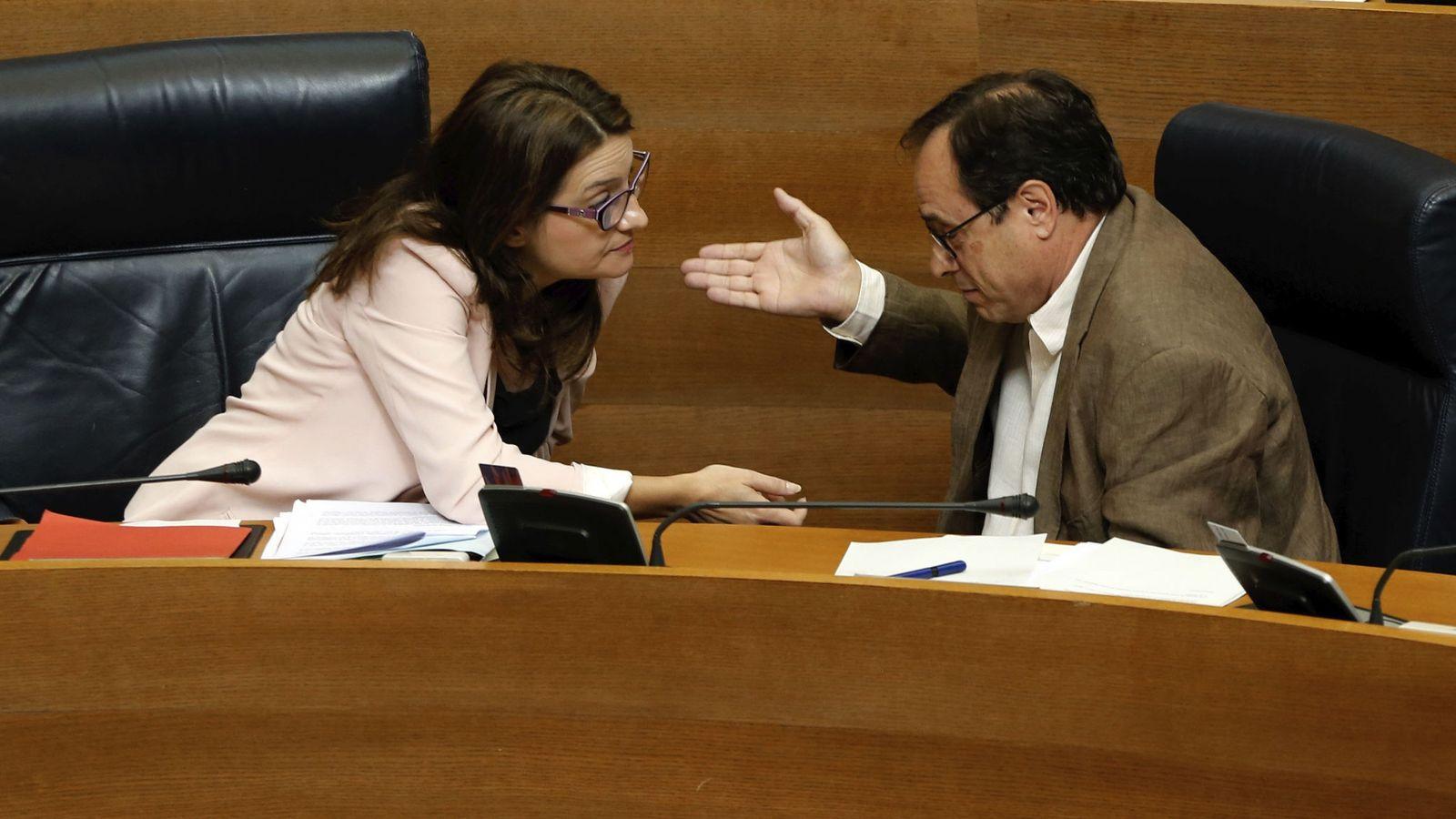 Foto: El conseller de Hacienda, Vicent Soler, habla con la vicepresidenta valenciana Mónica Oltra. (EFE)