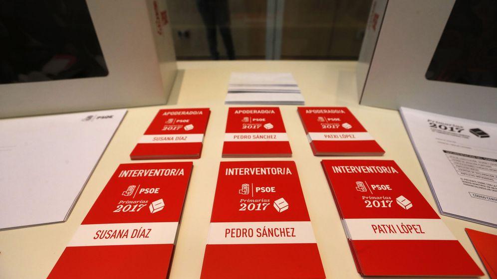 Foto: Tarjetas de interventores en la sede del PSOE en Ferraz, Madrid. (EFE)