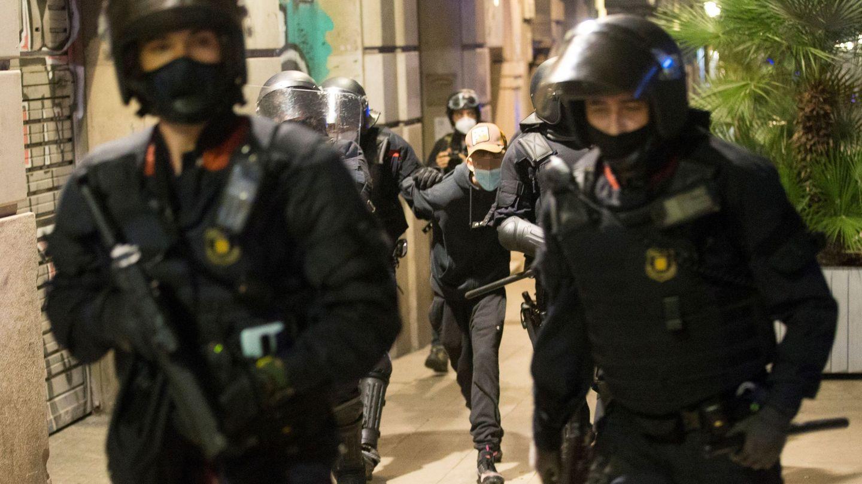 Las fuerzas de seguridad escoltan a un detenido en Barcelona. (EFE)