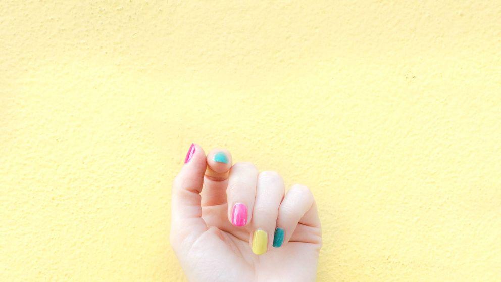 Esta es la manicura multicolor que lo está petando en Instagram
