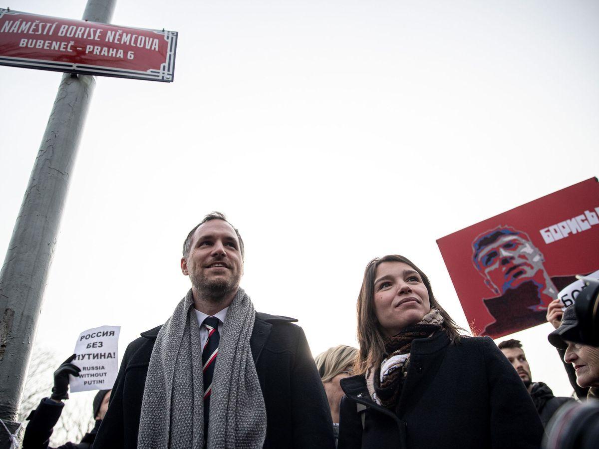 Foto: El alcalde de Praga, Zdenek Hrib, junto a la hija del opositor ruso Boris Nemtsov, durante la ceremonia de 'renombre' de la plaza. (EFE)