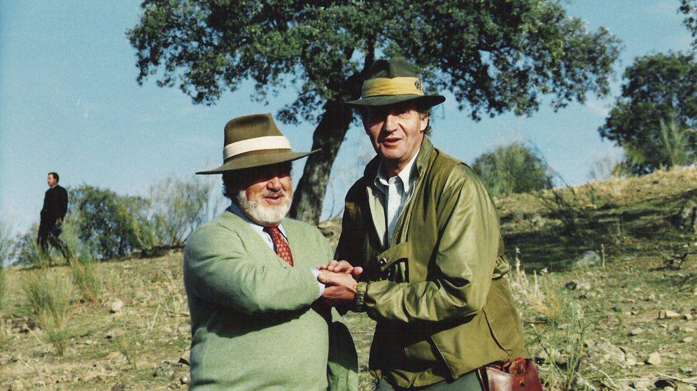 Foto: Manuel Prado junto al emérito en una imagen de archivo. (Getty)