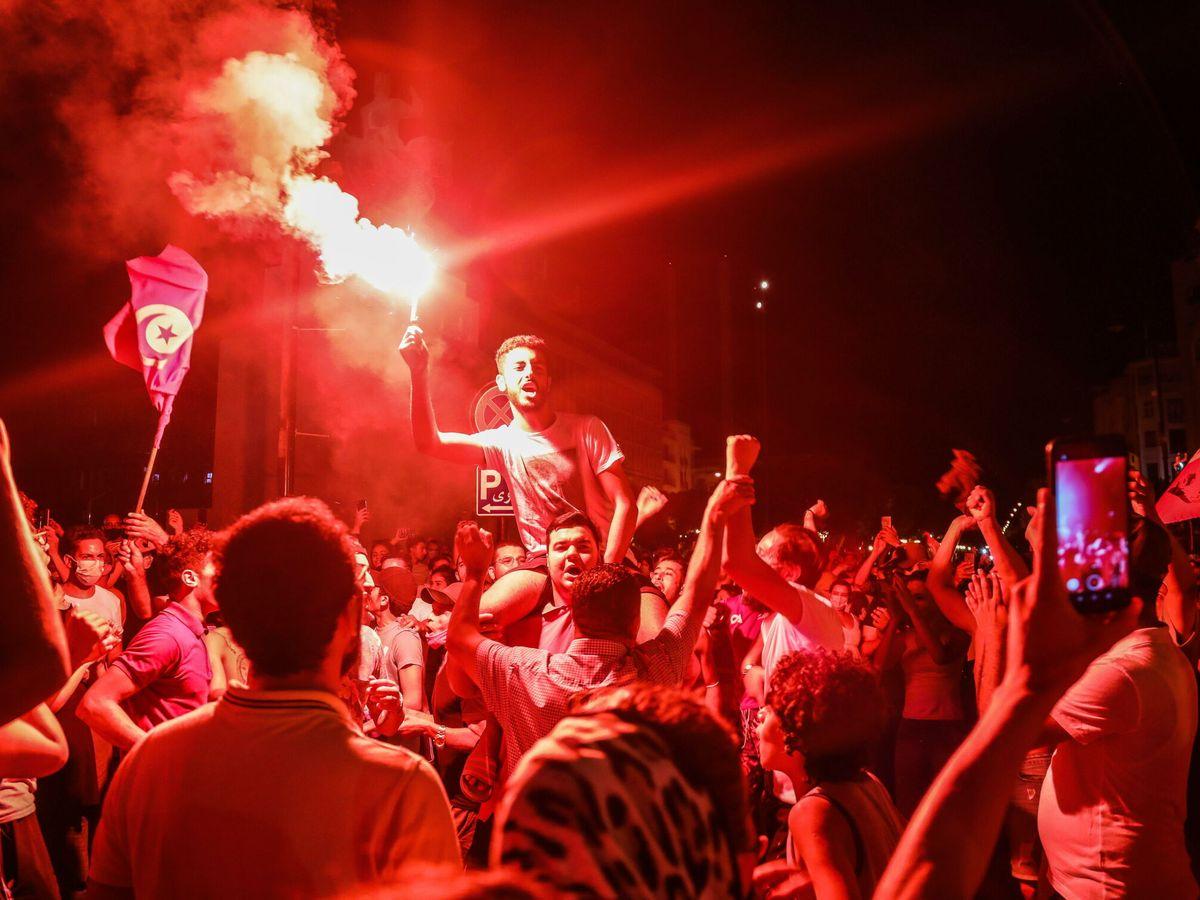 Foto: Partidarios del presidente Kais Saied celebran el golpe constitucional. (EFE)
