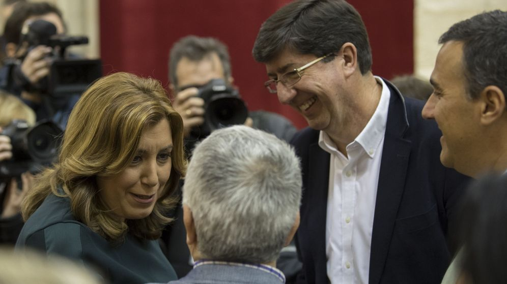 Foto: La presidenta andaluza, Susana Díaz (i), conversa con el líder de Ciudadanos, Juan Marín (2d) y el resto del grupo parlamentario de C's . (EFE)