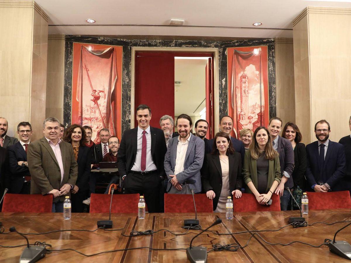 Foto: Foto de familia de Pedro Sánchez y Pablo Iglesias y sus equipos tras el cierre del Gobierno de coalición de PSOE y UP, este 30 de diciembre en el Congreso. (Inma Mesa   PSOE)
