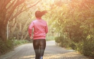 Las 12 + 1 reglas para correr seguro en verano y no desfallecer mientras