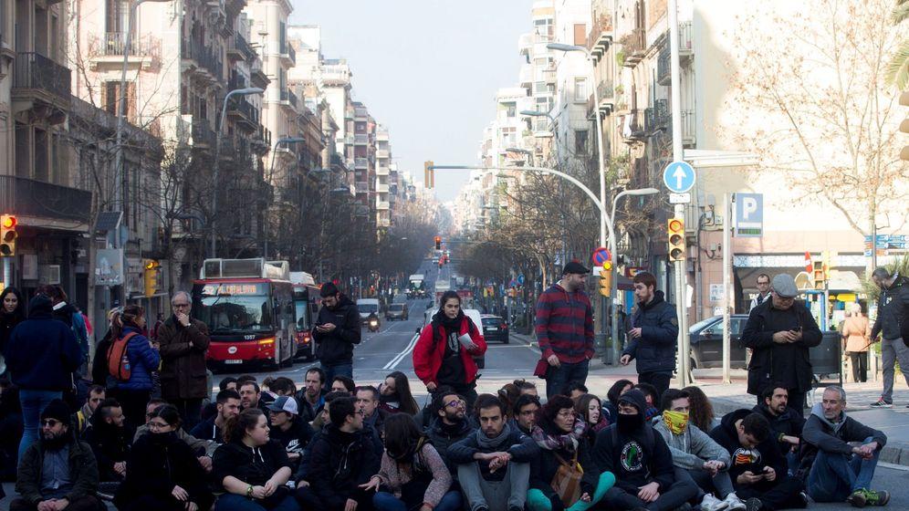 Foto: Una decena de huelguista corta la carretera de Sants, en Barcelona. (EFE)