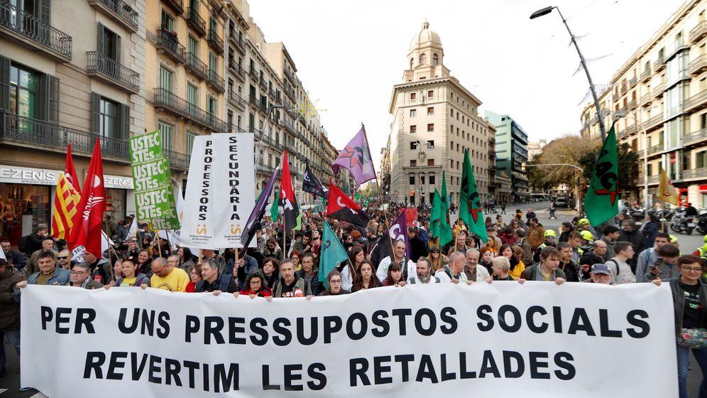 Foto: Miles de trabajadores públicos de la Generalitat -médicos y personal sanitario, profesores, bomberos... - salen a la calle en Cataluña. (EFE)