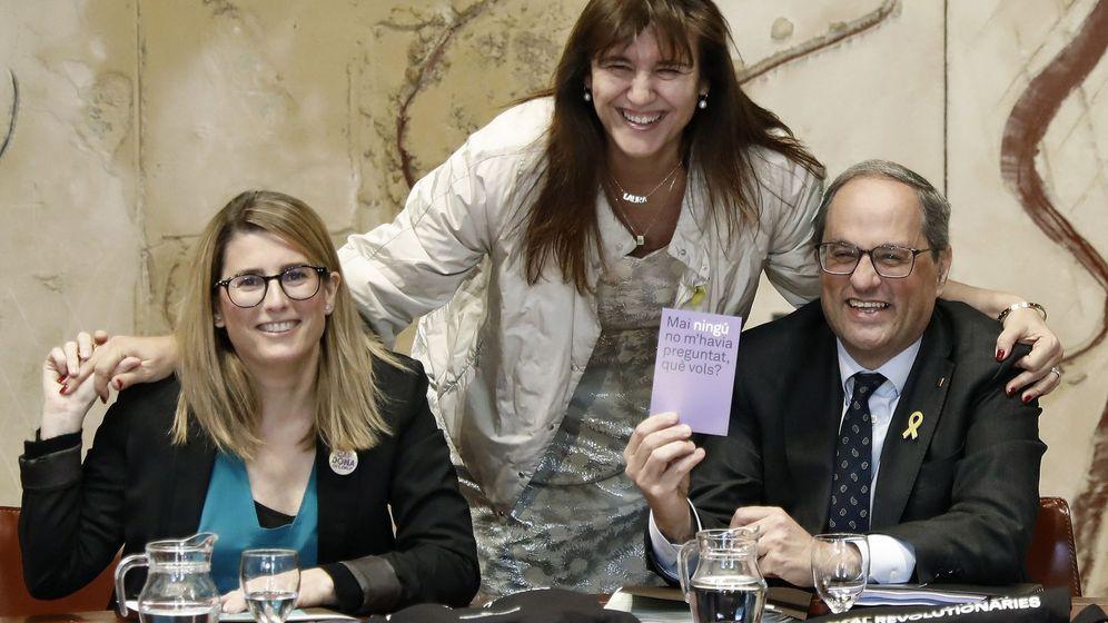 Foto: El presidente de la Generalitat, Quim Torra, acompañado por la 'consellera' de la Presidencia, Elsa Artadi (i) y la 'consellera' de Cultura, Laura Borras. (EFE)