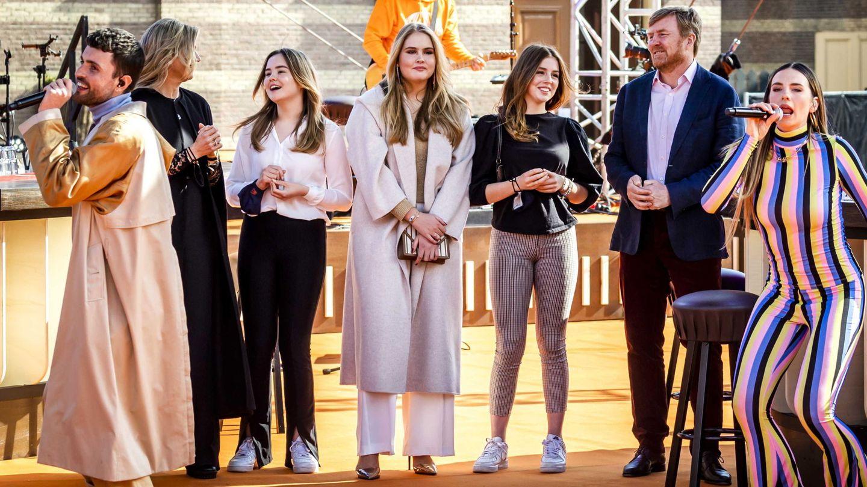Los reyes y sus hijas, durante el concierto. (EFE)
