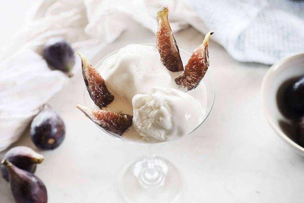 Foto: Helado de yogur decorado con brevas frescas. (Foto: Snaps Fotografía)