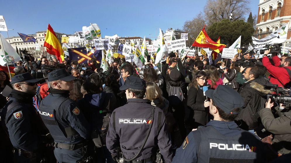Foto:  Agricultores y ganaderos protestan ante el Ministerio de Agricultura, este miércoles, en Madrid. (EFE)