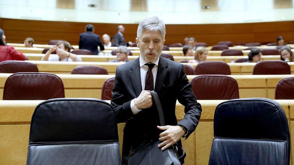 Foto: El ministro del Interior, Fernando Grande-Marlaska, llega a su escaño en el Senado durante la última sesión de control al Gobierno. (EFE)