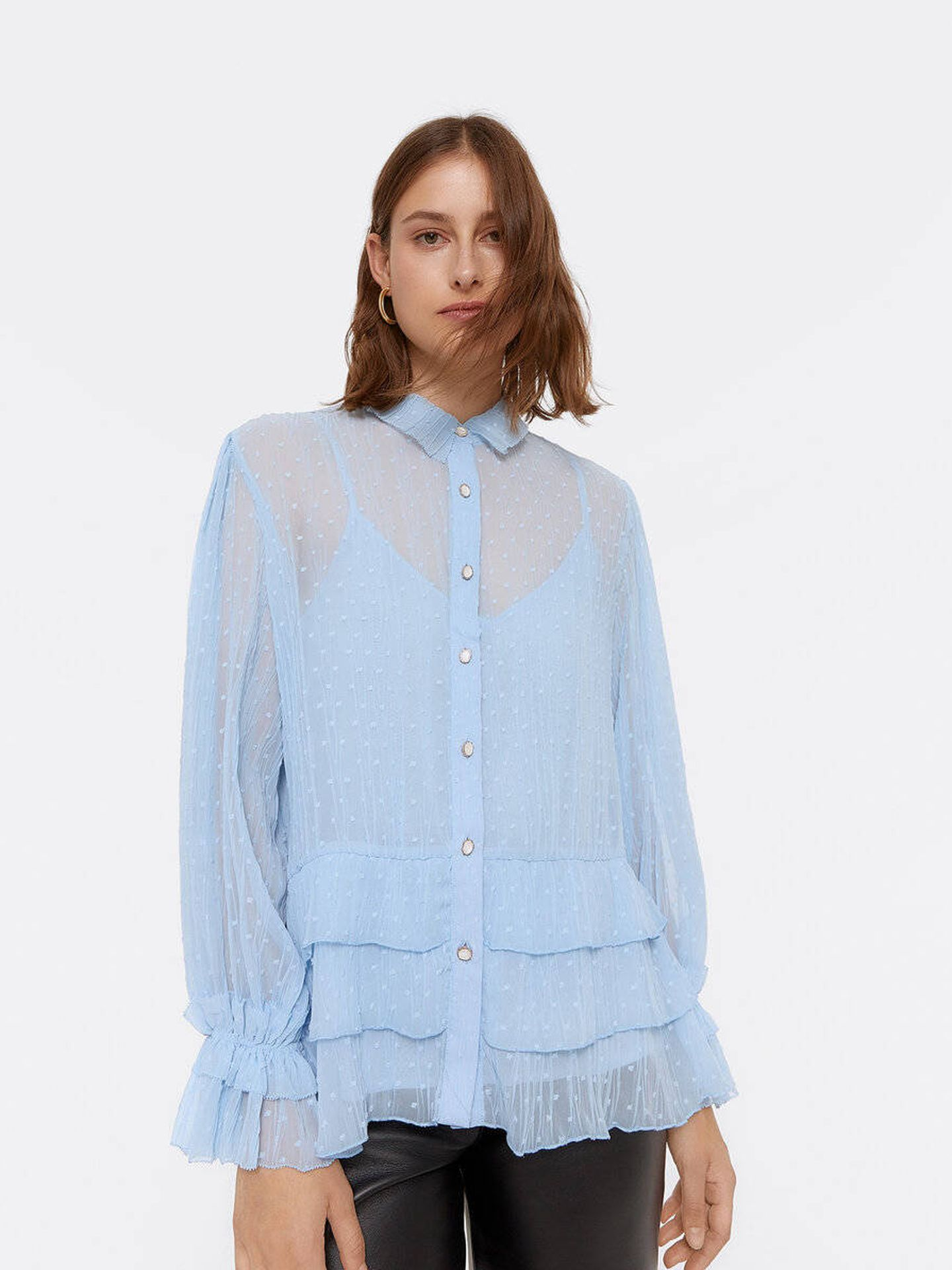 La camisa azul cielo de plumeti de Uterqüe. (Cortesía)