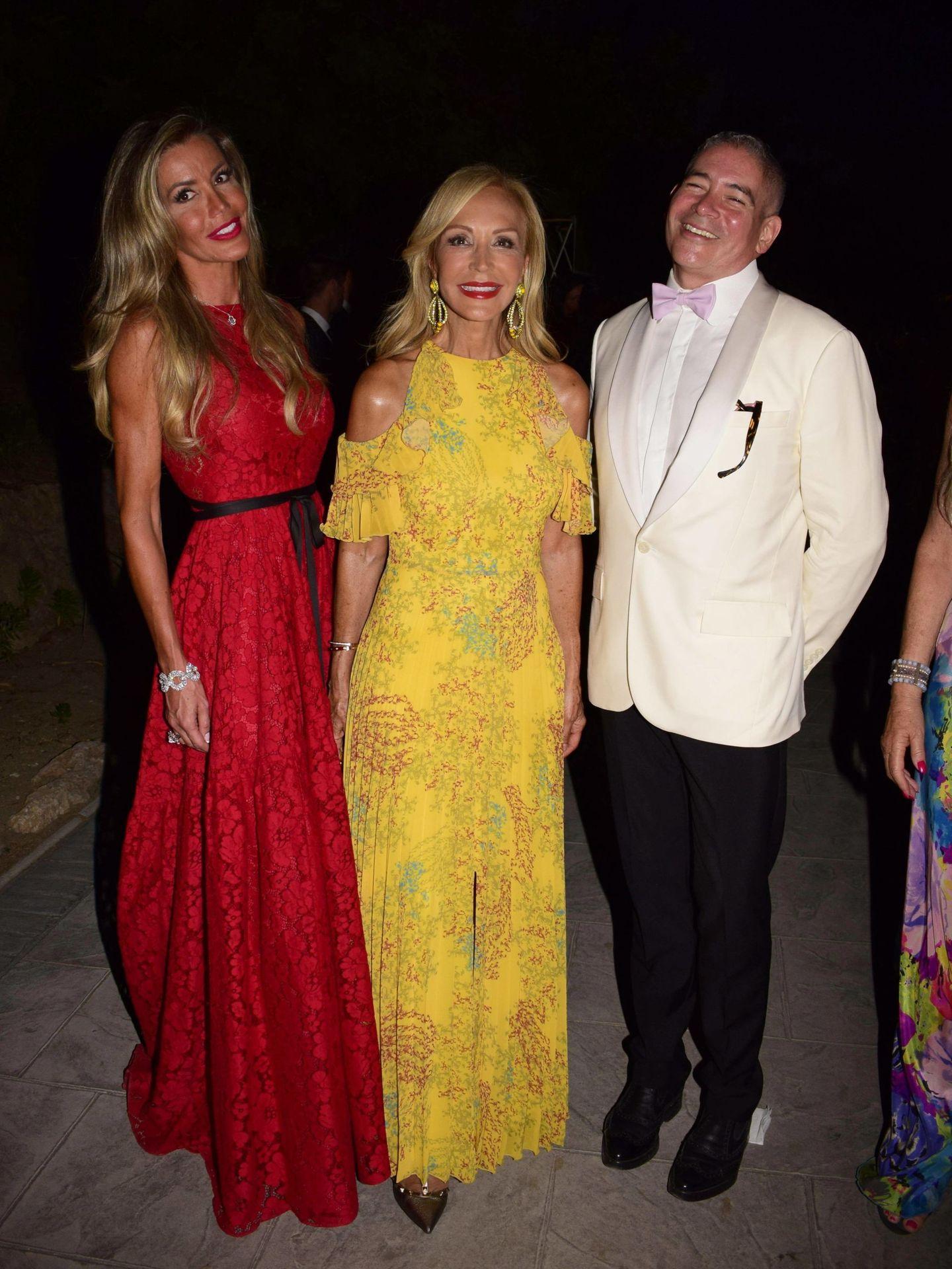 Raquel Bernal, Carmen Lomana y Boris Izaguirre en una gala anterior contra el cáncer. (CP)