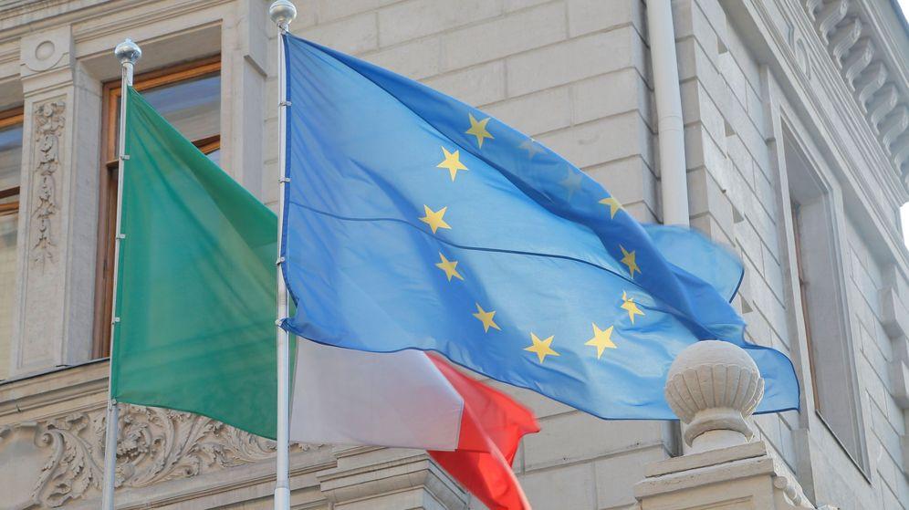 Foto: Bandera de Italia junto a la bandera de Europa (Efe)