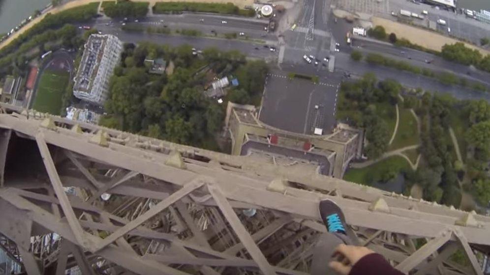 Foto: El vacío, bajo los pies de James Kingston (captura de YouTube)