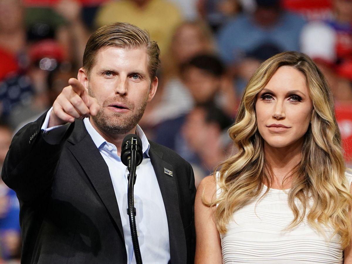 Foto: Eric Trump y su esposa Lara, en un acto de campaña de Donald Trump. (Reuters)