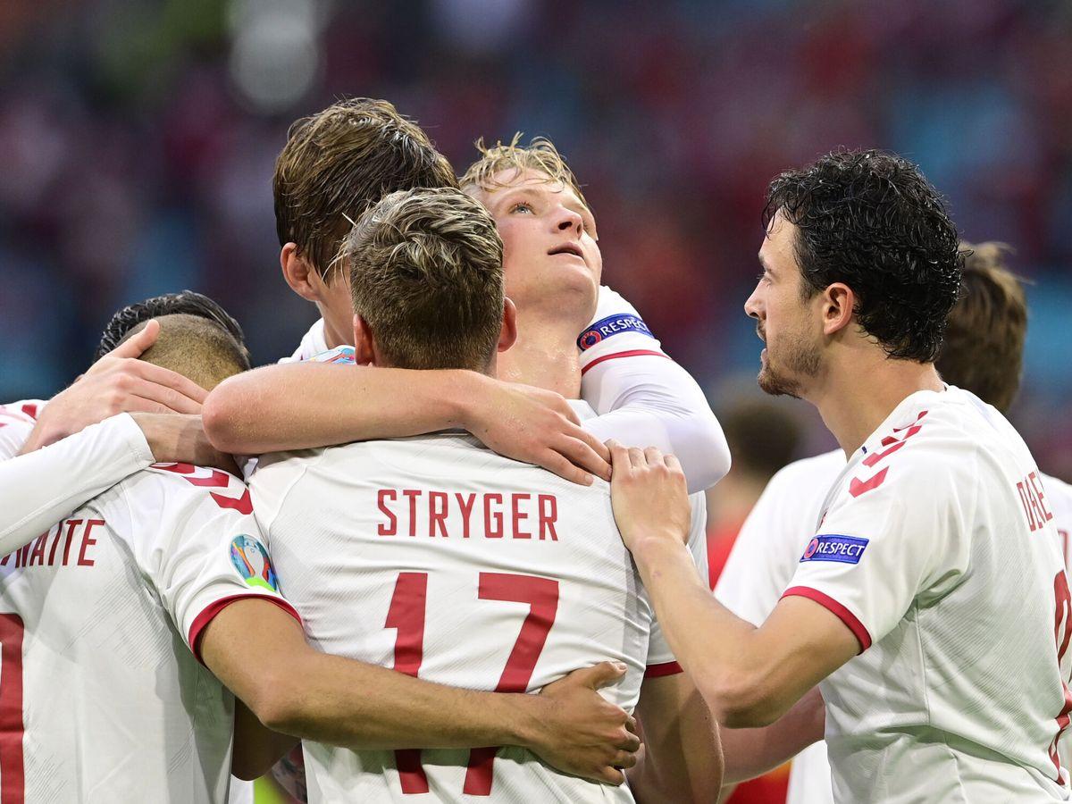 Foto: Dolberg y sus compañeros celebran el primer gol. (REUTERS)