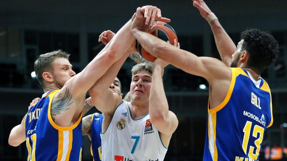 Foto: Dos jugadores del Khimki tratan de detener a Doncic. (EFE)
