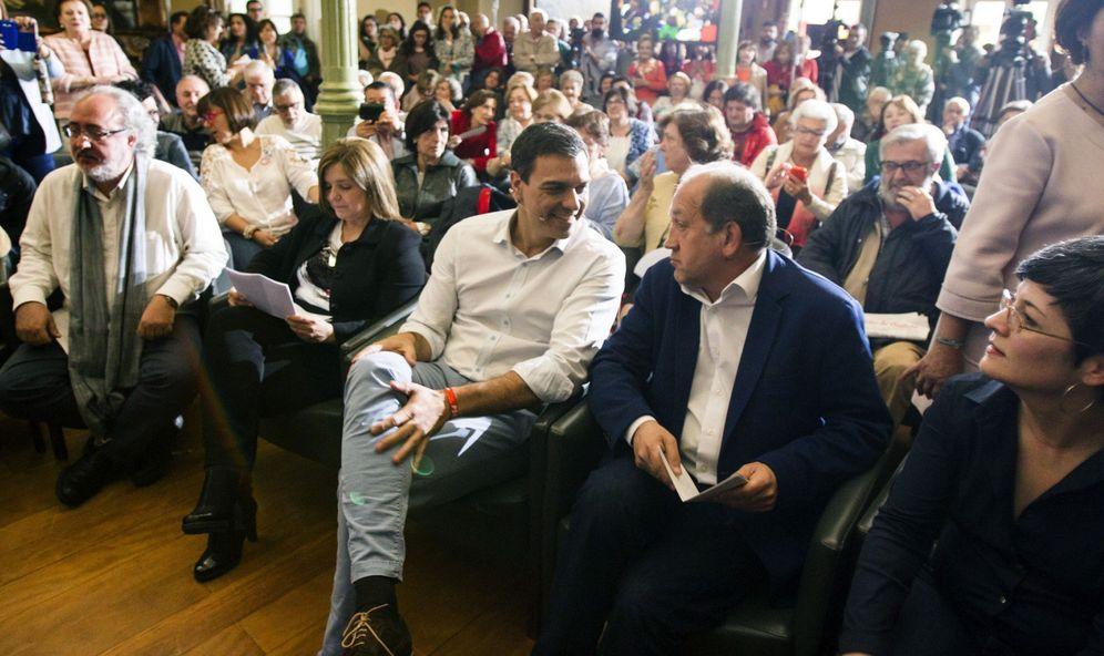 Foto: Pedro Sánchez, flanqueado por el candidato Xoaquín Fernández Leiceaga y la líder de la gestora del PSdeG, Pilar Cancela, el 16 de junio en Pontevedra. (EFE)
