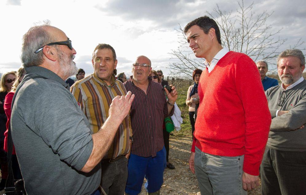 Foto: Uno grupo de agricultores habla con el presidente del Gobierno en funciones, Pedro Sánchez (secretario general de PSOE en el momento de la foto). (EFE)