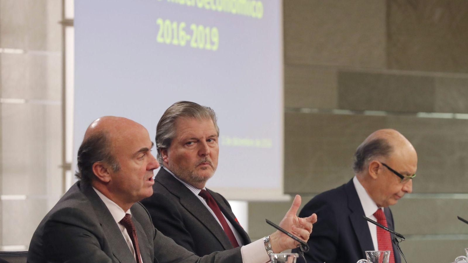 Foto: El ministro de Educación, Cultura y Deporte, Íñigo Méndez de Vigo (c), junto al ministro de Economía, Industria y Competitividad, Luis de Guindos (i), y el ministro de Hacienda, Cristóbal Montoro. (EFE)