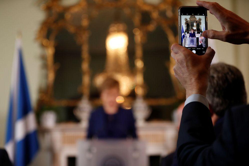 Foto: Un hombre filma a la ministra principal de Escocia, Nicola Sturgeon, mientras habla a la prensa en Edimburgo tras las elecciones, el 9 de junio de 2017. (Reuters)